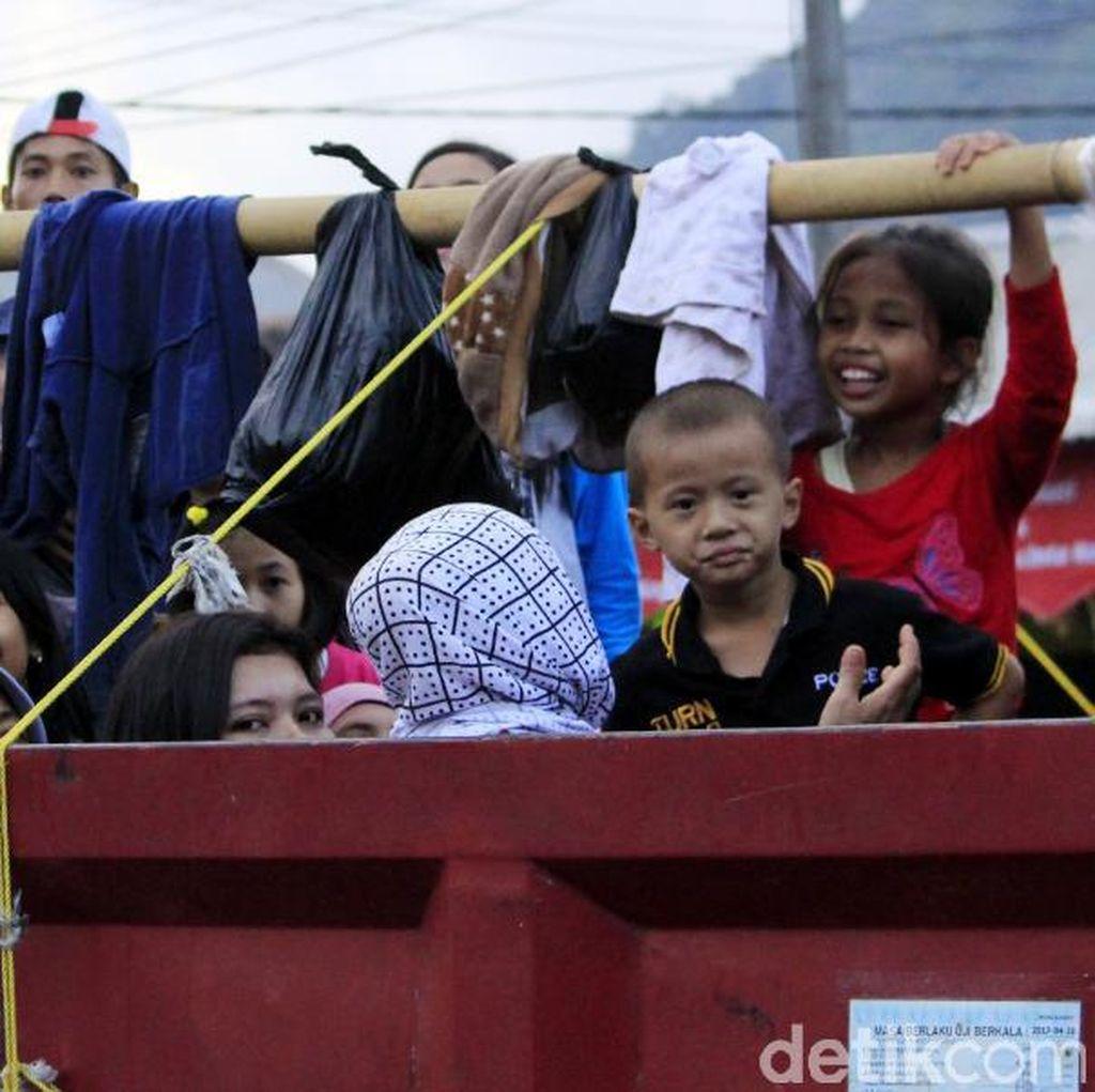 Warga Bandung Memilih Mobil Bak Terbuka untuk Mudik dan Liburan