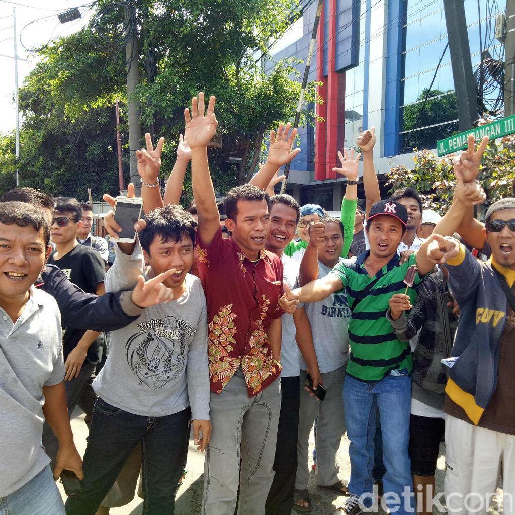 Ratusan Driver Grab Demo di Maspion Plaza soal Insentif Lebaran