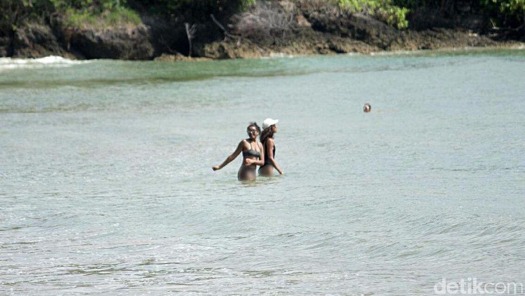 Spotted! Putri Obama Seksi Berbikini di Pantai Jimbaran