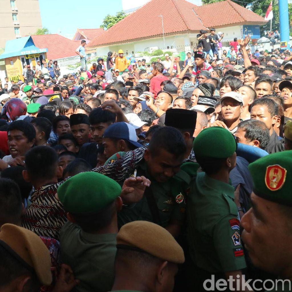 23 Warga Makassar Pingsan Saat Berdesakan di Open House Wapres JK