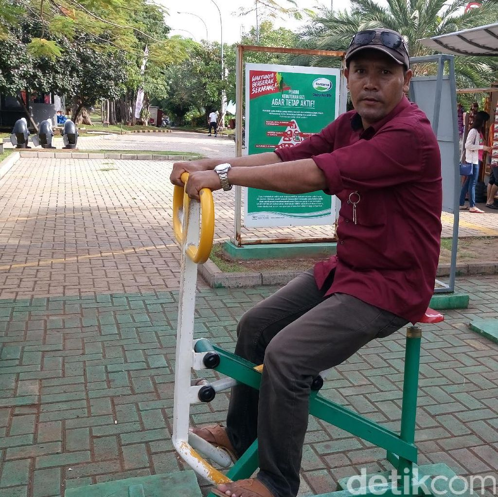 Jalan Sore di Taman Waduk Pluit, Alat Fitness Jadi Idola