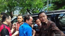 Keliling Kota Solo, Jokowi Bagi-bagi Sarung dan Sembako