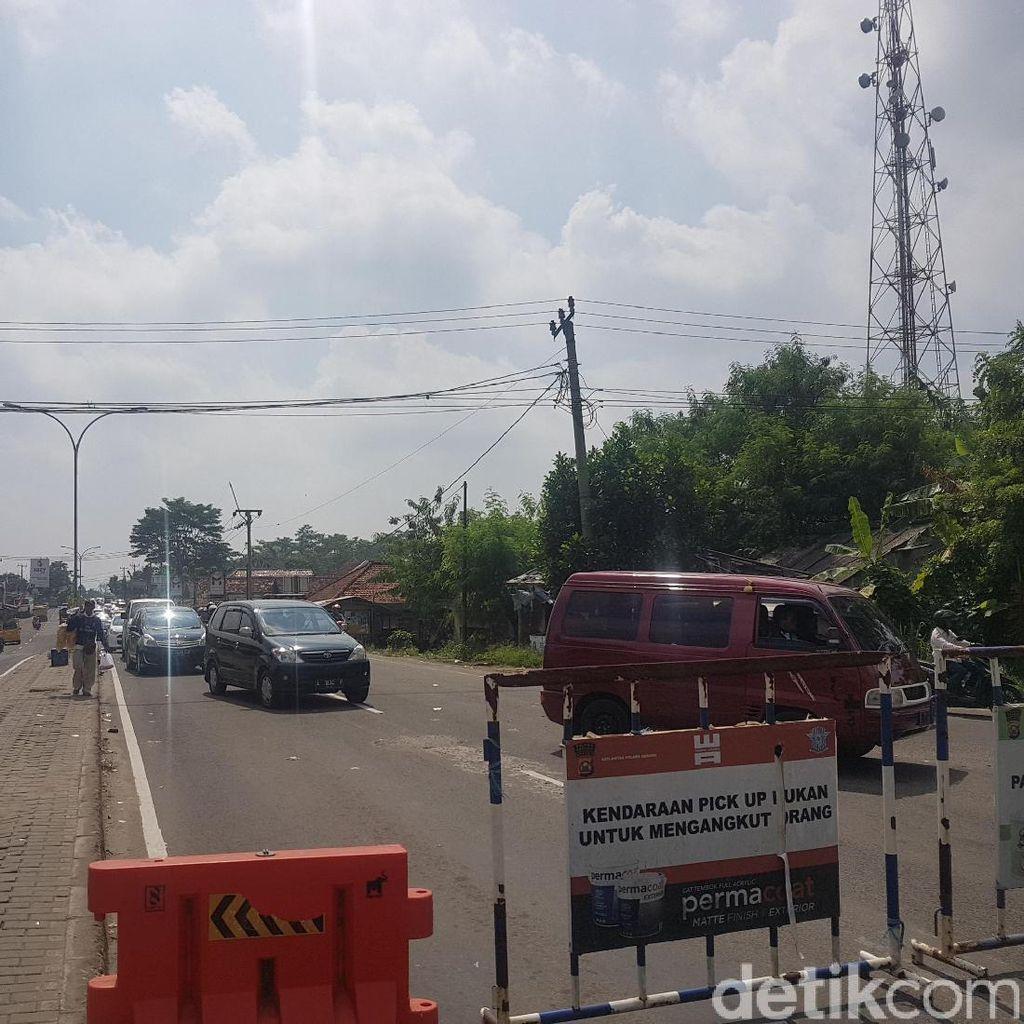 Jalur Wisata ke Anyer Padat, Polisi Berlakukan Sistem Buka Tutup