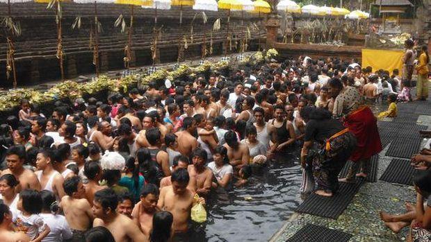 Masyarakat lokal yang tengah melakukan ritual Melukat (Nitha Ismail/d'Traveler)