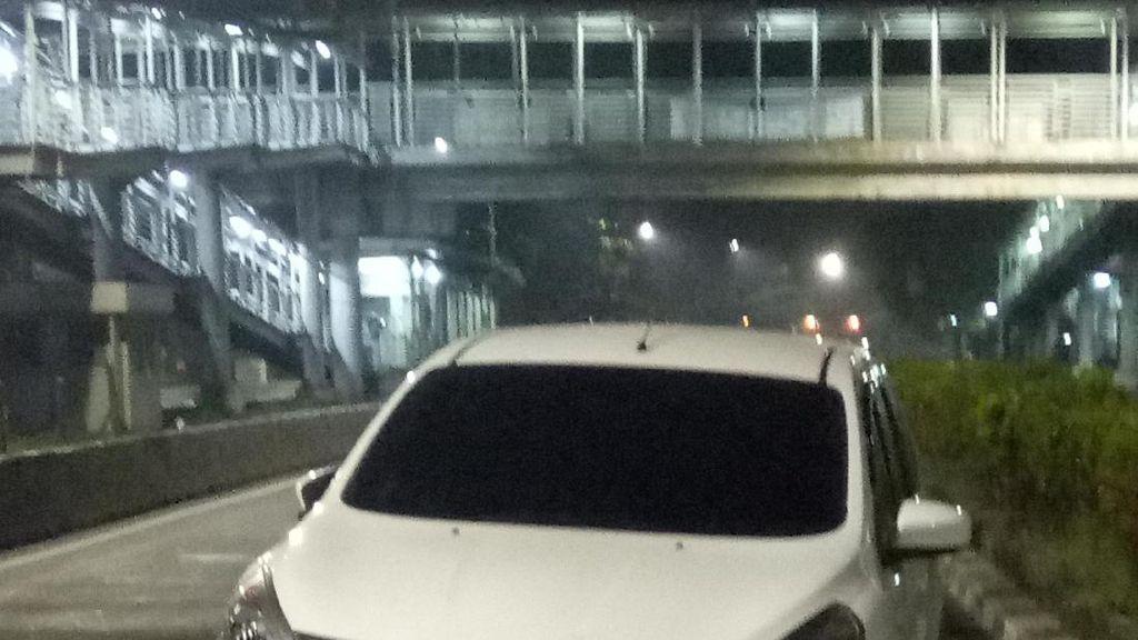 Mobil Ini Ditinggal Pemiliknya di Pinggir Jalan Depan Kemenkes