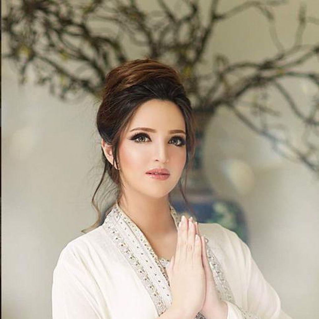 <i>Barbie Look a Like</i>! Cantiknya Nia Ramadhani