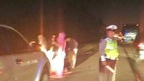 Saat Pemudik Salat Subuh di Bahu Tol Cikampek dan Dijaga Polisi