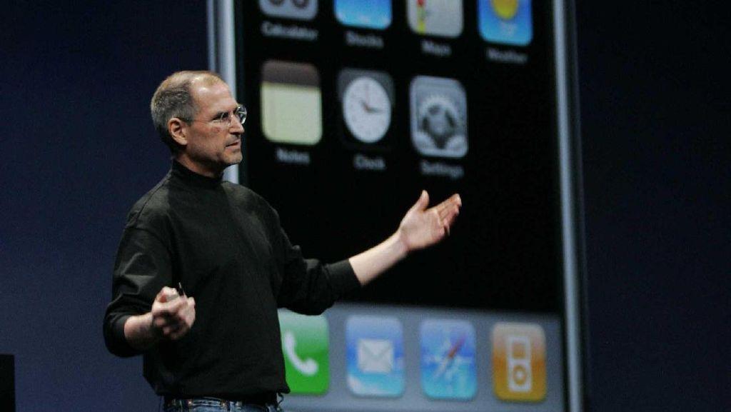 Ekspresi Nyeleneh Steve Jobs Kala Kenalkan iPhone