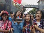Pendukung Ahok Nyanyikan Lagu Ulang Tahun di Depan Mako Brimob