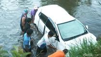 Sopir Diduga Ngantuk, Ayla Nyebur ke Kolam Ikan di Garut
