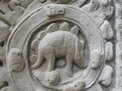 Relief Dinosaurus yang Misterius di Candi Kamboja