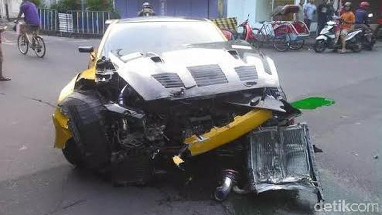 Penampakan Mobil Sport Nissan yang - Solo Sebuah kecelakaan tunggal terjadi di Jalan Slamet Jumat Sebuah mobil sport Nissan berpelat nomor B GTR menabrak