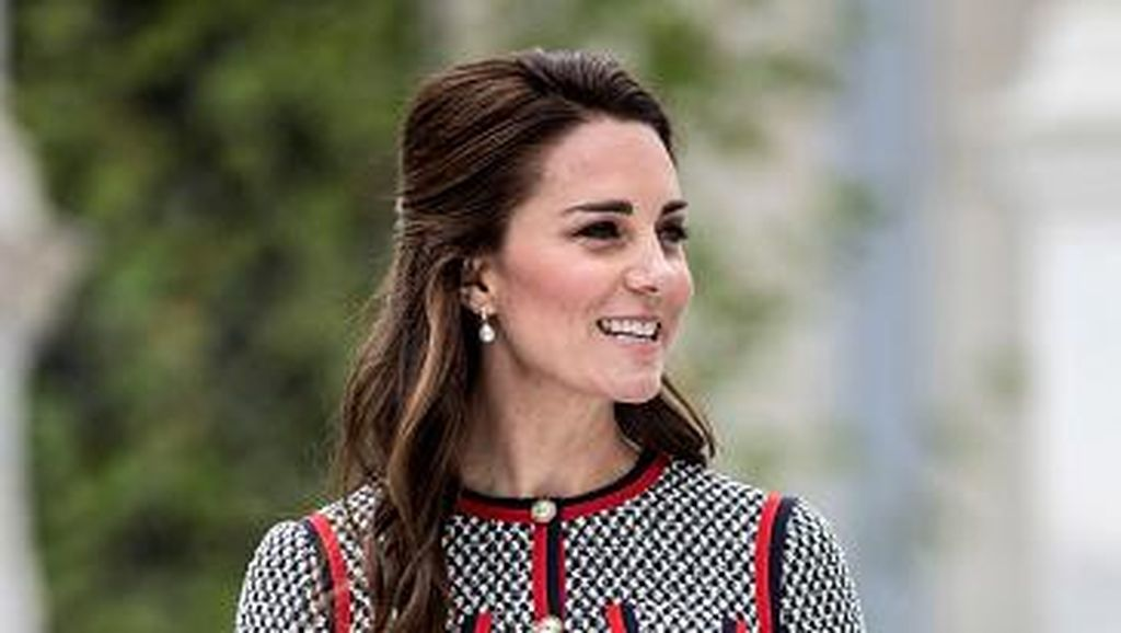 Foto: Kate Middleton Bergaya Retro dengan Mini Dress Gucci Rp 36 Juta