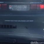 Stiker Menggelitik Mobil dengan Knalpot Racing
