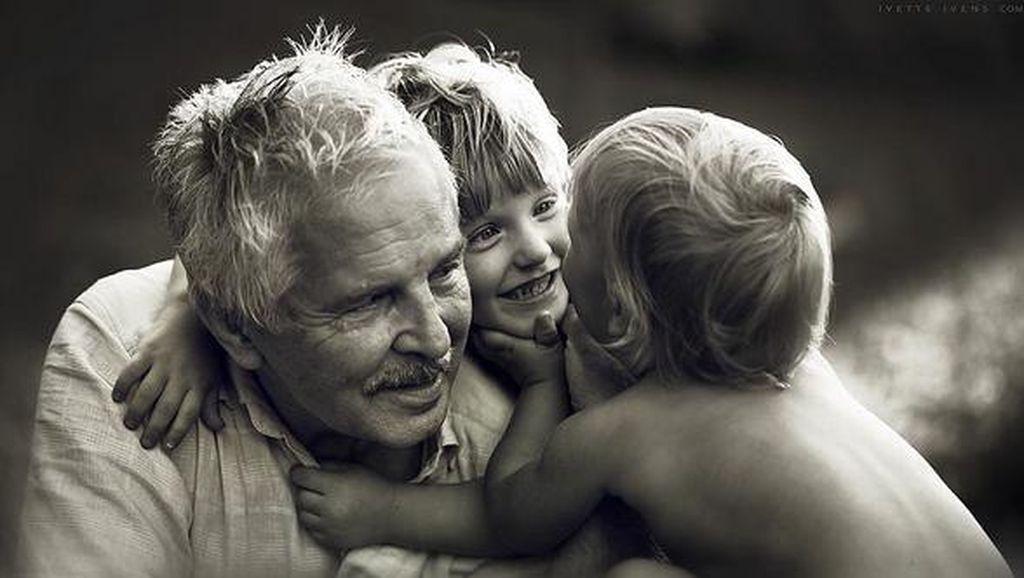 Bikin Adem, Potret Kemesraan Kakek-Nenek dan Cucunya