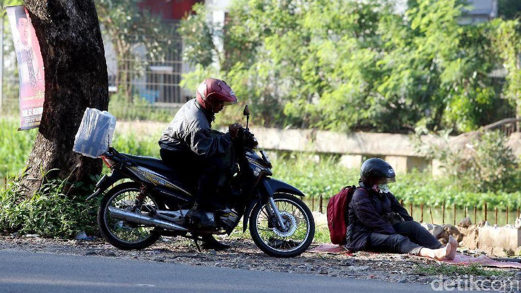 Pemudik Motor Melepas Lelah di Kalimalang
