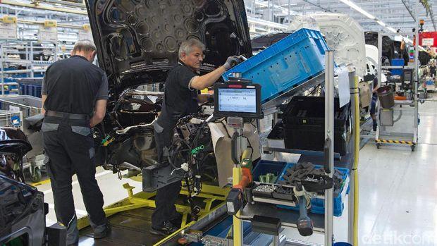 Pekerja memasang aneka komponen di S-Class