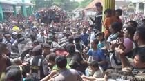 Kepergok Curi TV dan Uang, Dua Maling Dimassa di Jombang