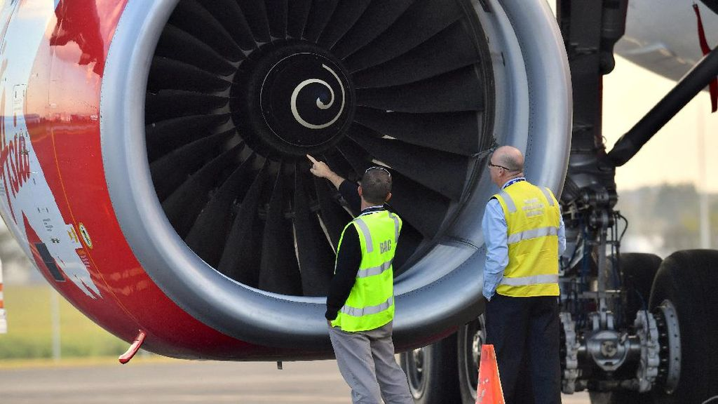 Pesawat Ditabrak Burung, Penumpang AirAsia Diterbangkan ke Malaysia