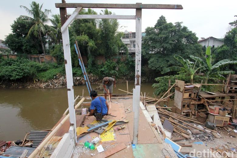 Pemprov DKI Tertibkan Kawasan Bukit - Jakarta Jajaran Pemprov DKI akan melakukan penertiban kawasan Bukit Jakarta hari Penertiban kawasan permukiman warga di bantaran sungai