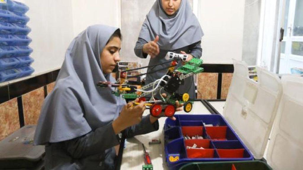 Visa AS Ditolak, Gadis Afghanistan Kompetisi Robot via Skype