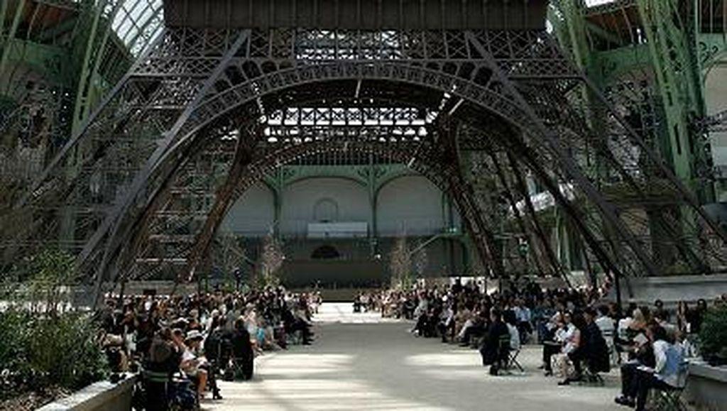 Karl Lagerfeld Bawa Menara Eiffel ke Gedung Fashion Show Chanel