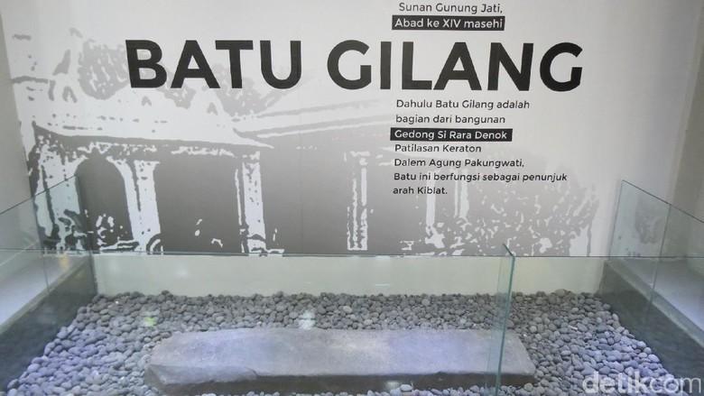 Foto: Batu penunjuk Kiblat di Museum Pusaka Keraton Kasepuhan (Fitraya/detikTravel)