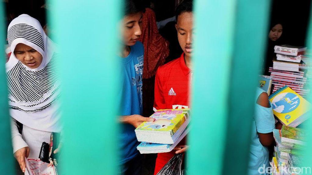 Jelang Masuk Sekolah Toko Buku Diserbu Pembeli