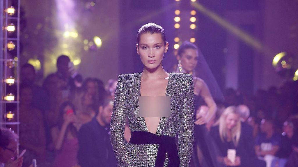 Bella Hadid 2 Kali Umbar Keseksian Tubuh di Paris Fashion Week