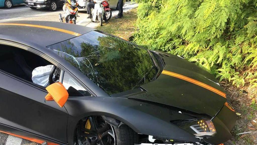 Duh, Lamborghini Avantador Ini Hancur Menabrak Proton di Malaysia
