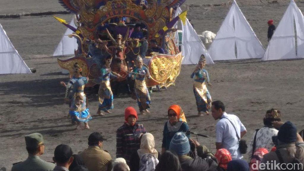 Gandrung dan Tarian Sakera Madura Pikat Wisatawan di Bromo