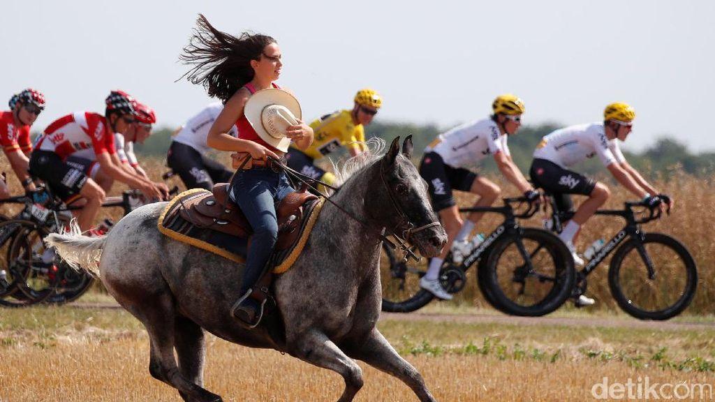 Penunggang Kuda Wanita Goda Pebalap Tour de France