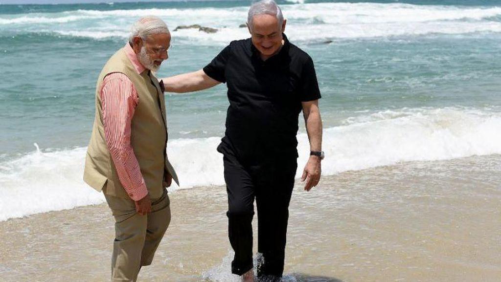 Ramai Dibahas, Momen Netanyahu dan Modi Berjalan di Tepi Pantai