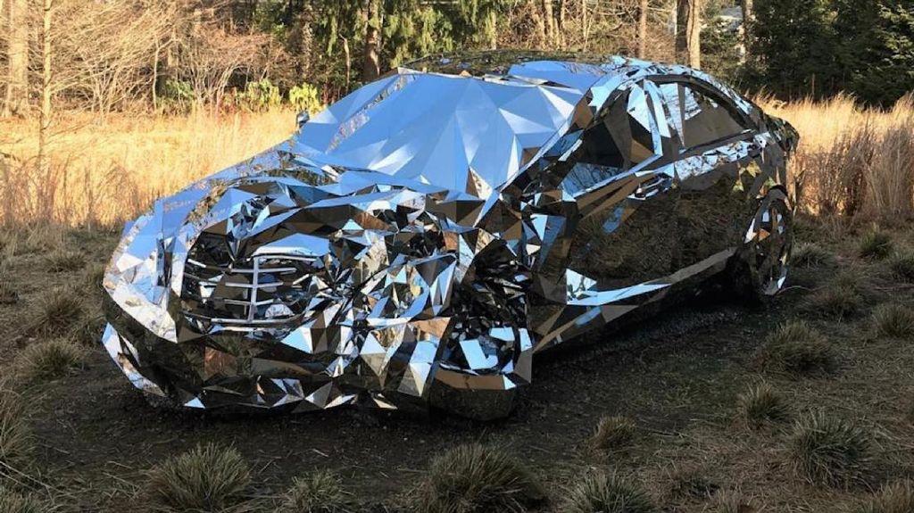 Seniman Buat Replika Mobil yang Alami Kecelakaan