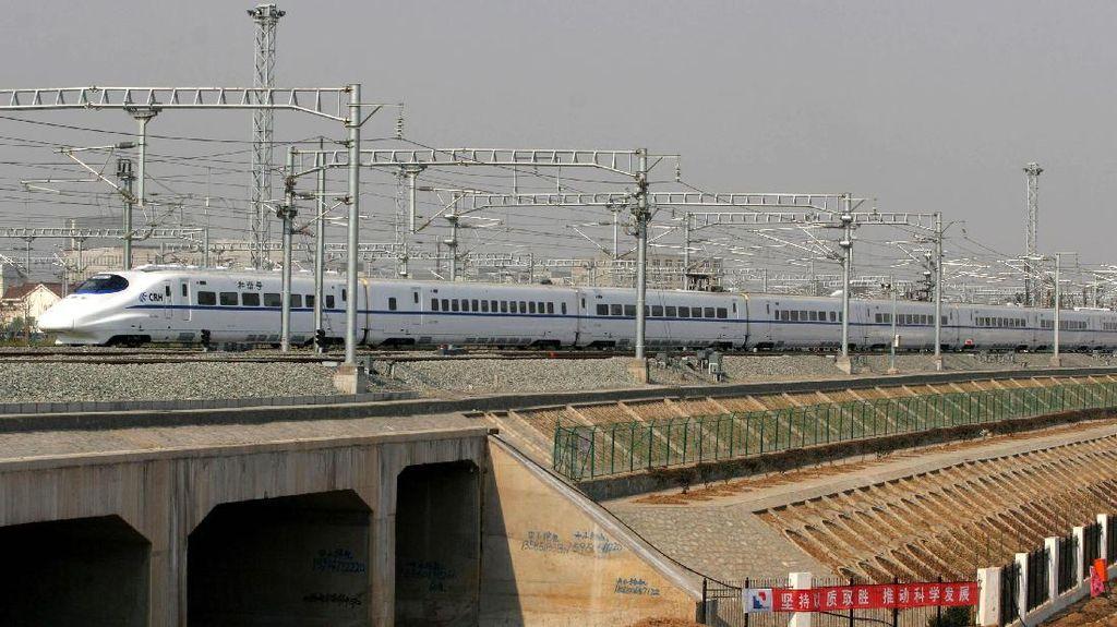Luhut Pimpin Studi Proyek Kereta Kencang Jakarta-Surabaya