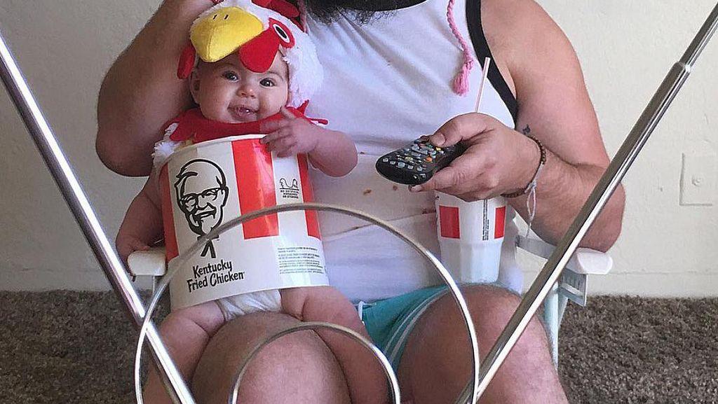 Gemas! Bayi Perempuan Cantik Ini Dipakaikan Kostum KFC dan Topi Ayam