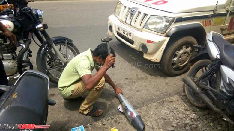 Terlalu Bising, Knalpot Motor Ini Dihancurkan Polisi
