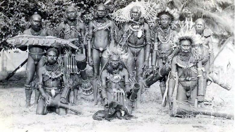 Foto: Suku Marind di Merauke dengan tempurung kelapa sebagai kotekanya (oceania-ethnographica.com/wikipedia.org)