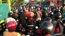 Seorang Biker di Pasuruan Tewas Tergilas Truk Muat 25 Ton Kopi
