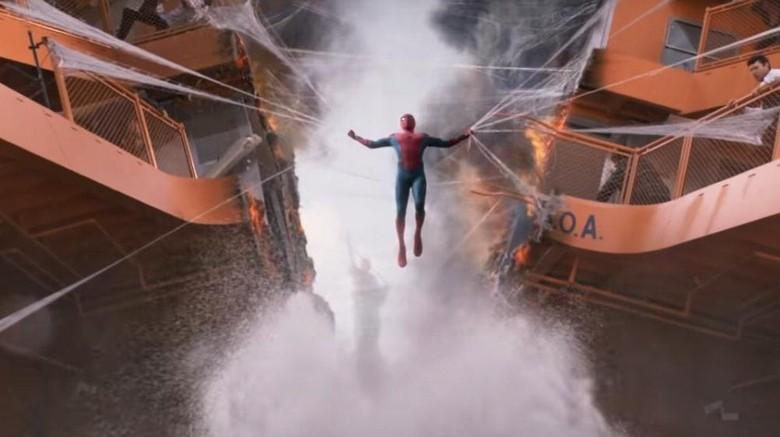 Spider-Man sat menahan kapal feri yang terbelah dua (Marvel Entertainment)
