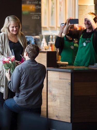 Austin yang melamar Esther di Starbucks.