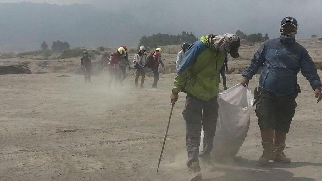 Foto: Bromo Lovers Bersihkan Sampah Usai Yadnya Kasada