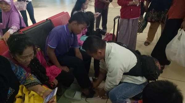 ABG Selamet-Rohaya Dibelikan Sepatu oleh Calon Penumpang di Bandara
