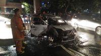 Diduga karena Korsleting, Mobil Swift Terbakar di Tendean