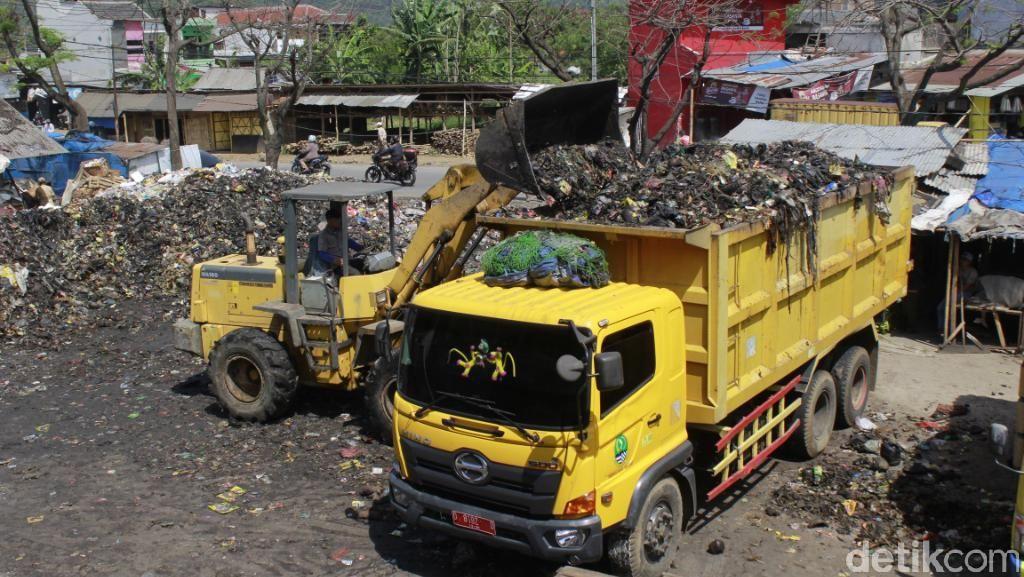 Belasan Truk Angkut Tumpukan Sampah di Pasar Baleendah Bandung