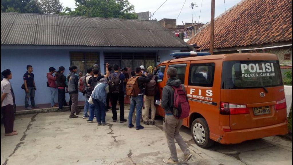 Densus 88 Geledah Rumah Abu Umar di Cianjur