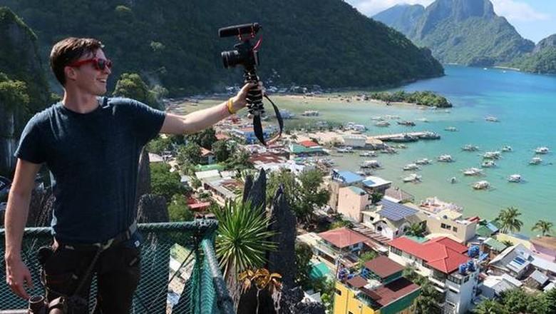 Jordan Simons yang sedang vlogging di Filipina (@TheLifeofJord/Instagram)
