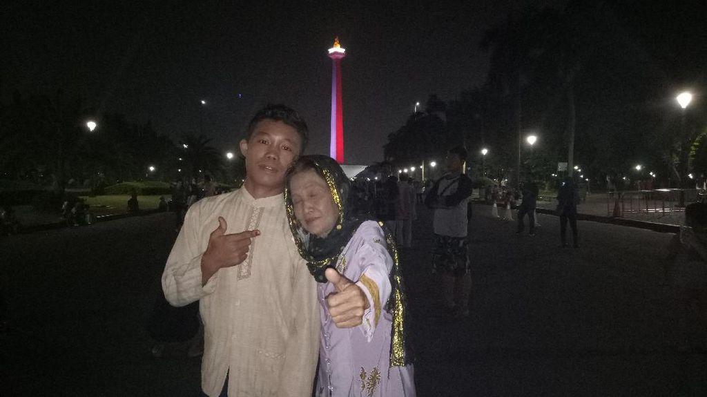 Foto: ABG Slamet dan Nenek Rohaya Bulan Madu di Monas