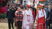 Foto: Asyiknya Jokowi Berkain Tenun di Parade 1.001 Kuda Sumba