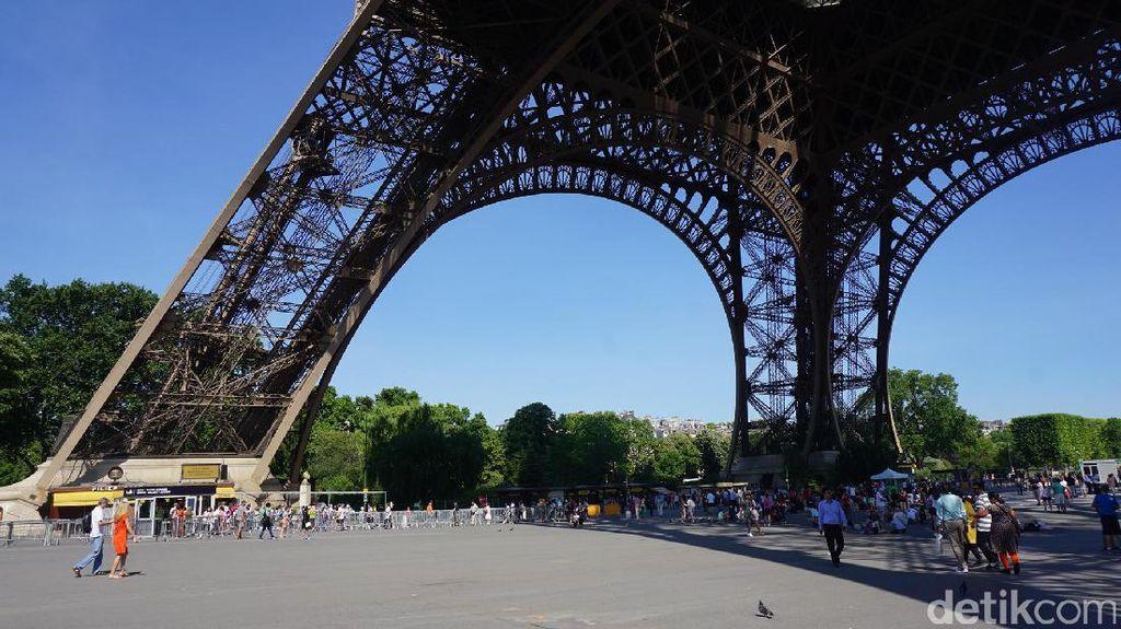 Foto: Leyeh-leyeh di Kaki Eiffel